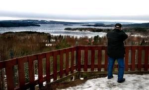 Väsman ligger. Ännu så länge ligger isen på Väsman, men det lär inte dröja länge förrän sjön är isfri.