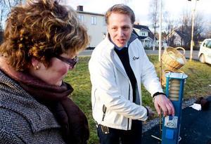 Jonas Jonsson från Jämtkraft berättar för kommunalrådet Lena Olsson (BE) hur tankningsstället för elbilar fungerar.Foto: Sandra Högman