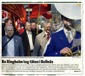 Ljusnan de 2 maj 2006. Bosse Ringholm leder 1 maj-tåget i Bollnäs. Bredvid går Jan Lahenkorva.
