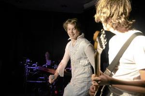 Elvis Presley alias Aaron Lundberg-Kjellman, sjunger Jailhouse rock på Olaus Petriskolans kulturdag. Gitarristen heter Dennis Sehic.