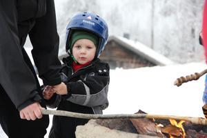 Alfred Pineur, 2 och ett halvt år, från Färila, grillade lite korv med sin mamma vid Kajevalls friluftsanläggning.