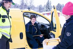 Jan Larsson och Lotta Larsson från Ränningsvallens byalag överraskar med diplom och en tårta i form av en postbil till postchefen i Hede Ingrid Hedmark.