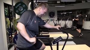 Den lufttrycksbaserade cykeln ger träning även för överkroppen – och blir jobbigare desto hårdare man jobbar.
