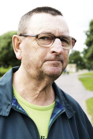 Samma misstag. Birger Eriksson tycker att kommunen gör om misstaget med att plantera buskar och träd efter vägar i kommunen. För några år sedan tyckte han kommunen gjorde ett fantastiskt arbete som tog bort alla träd och buskar. Foto:Stina Rapp
