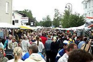 Arkivbild: LASSE HALVARSSON Dags för marknad igen. I morgon öppnar Ockelbo marknad. Det blir den 22:a i ordningen och marknadsgeneralen Krister Ederth utlovar mycket för helgens besökare i Ockelbo. Till och med bra väder.