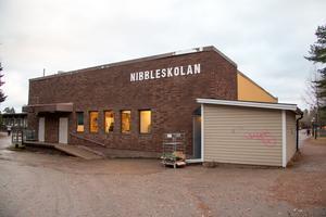 Det var på ett tak på Nibbleskolan som fem kommunanställda befann sig när Arbetsmiljöverket dök upp. Det blev dyrt (Arkivbild).