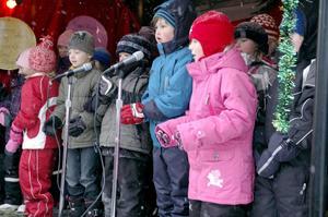 Intog scenen. Barnkören bjöd på några julsånger.