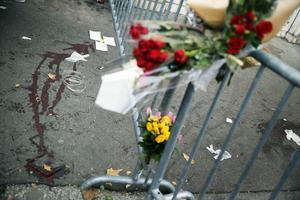 Många minns och hedrar offren för terrordåden i Paris.