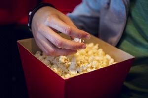 En romantisk film passar bra på Alla hjärtans dag. Foto: Mostphotos