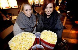 """Rebecka Ståhl tillsammans med Caroline Grandin:–Vi bestämde oss för 10 minuter sen att vi skulle gå på bio säger Rebecka och vi valde """"EASY A"""". Vi är bara 17 år, så att gå på krogen får vänta lite, säger Caroline."""
