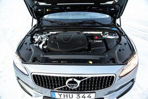 Motorerna känns igen från V/S90. D5 (bilden) utvecklar hela 254 hästkrafter och påminner om en bensinmotor i sin karaktär.