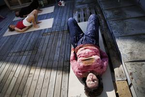Rörelser utförs stående eller liggande på yogamatta på takterassen .