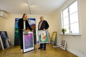 Två konstnärer, en utställning. Lennart Lusth och Tomas Laustiola med verk på väg att hängas på Gillet där utställningen öppnade i helgen.
