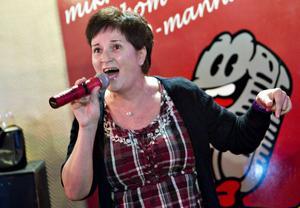 """Stammisen Agneta Bäckström gör ett av kvällens toppnummer när hon sjunger favoriten """"Rose Garden""""."""