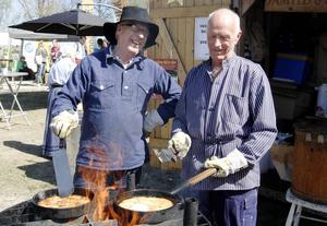 Göte Murén och Gunnar Lindgren stekte kolbullar.