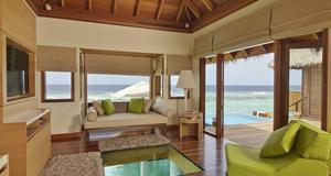 I Per Aquums 160 kvadratmeter stora bungalow finns ett glasgolv där man ser rakt ned i det turkosa havet vid Maldiverna.