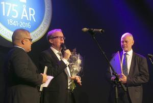 Jonas Moström tackar för stipendiet, som delades ut av SCA Forests informationschef Björn Lyngfelt och ST: s chefredaktör Anders Ingvarsson.
