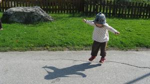 Det är vårens hittills varmaste dag och Alex tar på sig yllemössan och hoppar av glädje.