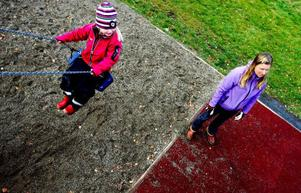 """""""Den platta gungan är rolig"""", tycker Astrid Karlstedt, 4 år. Lekplatsen i Björkbackaparken har många delar som gör att den är en riktig toppenplats att vara på. Här kan Astrid klättra, åka kana, gå på lina och leka i det lilla huset bland mycket annat. """"Variation är roligt"""", sammanfattar mamma Anne."""