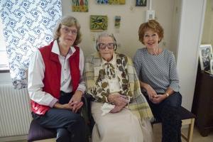 Dottern Ulla Jensevik och barnbarnet Ewa Olsson Hermansson fanns på plats på Knutshemmet för att gratulera Märta på 110-årsdagen.