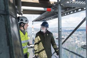 Henrik Winlöf, byggnadsplåtslagare, diskuterar renoveringen med Olof Lönneborg.