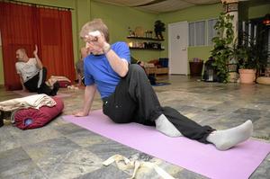 Mjuka övningar. Lars-Erik Eriksson tycker att yoga är ett bra sätt att mjuka upp sin stela kropp. – Det är ungefär som stretching, säger han.
