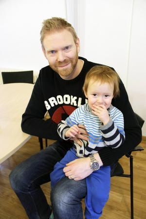 Småbarnspappan Roger Lilja har återvänt till Björsjökyrkan efter en tids uppehåll för att sjunga med sonen Loa, två år.