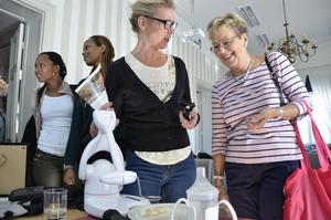 NORA. Ett fotmanövrerat hjälpmedel att äta med visar här Mia Lindström för smått imponerade Lilian Westberg.