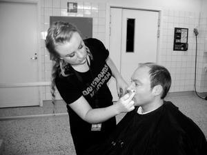 Jonas Näslund i Jive blir sminkad av Emma Cormery.