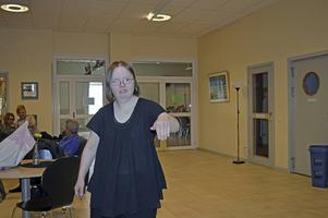 Camilla visar upp en pose hon ska ha, när hon gör shownumret