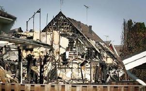 Elden är släckt. Men hela området avspärrat och ett 30-tal väktare har turats om att hindra obehöriga från att ta sig in, dels för att inte förstöra eventuella bevis på hur branden uppkom och dels för att inte skadas av husresterna.