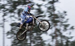 Motocross är ingen ofarlig sport. Anthon Bodins kompis dog i en olycka och sedan dess har Anthon inte tävlat i sporten.