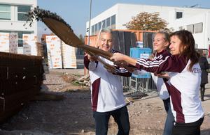 Nils Styf vd på fastighetsföretaget Hemsö tar första spadtaget tillsammans med eleven Elsa Wallenius och Carin Lidman ordförande i utbildnings- och arbetsmarknadsnämden.