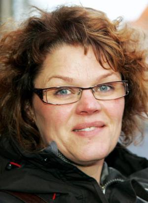 Lena Lindgren, 44 år, Kälarne:– Ja, jag sitter hemma i tv-soffan och kollar. Men jag åker inte dit. Det blir bara så.