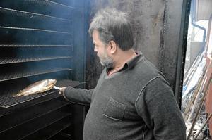 Mästare. Dennis Fältström är en mästare på att röka fisk. Den titeln har han efter årets SM i mathantverk.