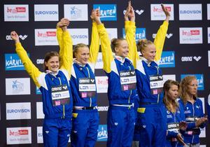 Stina Gardell, Sarah Sjöström, Louise Hansson och Michelle Coleman jublar på prispallen efter EM-silvret på 4x200 meter frisim i Berlin.