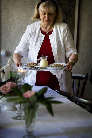 Elina Mytnik ska bjuda sina gäster på äppelkaka med vaniljsås.
