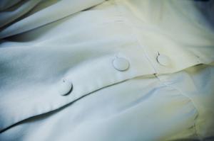 Klädda knappar ska sys på de nya klänningarna, precis som på förlagan.