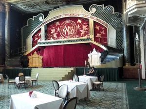 Frukost i Moskva. Under frukosten på hotellet i Moskva fick gästerna lyssna på när en kvinna spelade harpa.