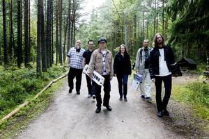 """Laddar för """"Synth och motion"""" i Hemlingbyspåret. Från vänster Ronny Rasmusson, Per Samuelsson, Erik Süss, Iréne Sahlin, Olle Oljud och Viktor Zeidner (f d Eriksson)."""