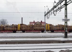 Besökare på tågstationen i Ljusdal kan inte undgå att märka att detta är en skogskommun, speciellt inte nu.