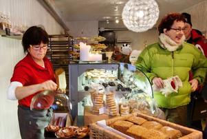 Under invigningen av Klövsjö stenugnsbageri besökte mellan 400 och 500 personer kaféet. Här är det Lena Sundell som passar på att handla lite godsaker av Erika Dillner.