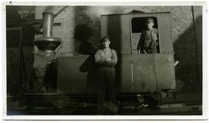 Ett foto från Domnarvets järnverk som visar personal invid ett av de ånglok man använde för de interna transporterna.