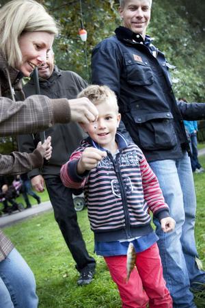 Titta, det nappar! Ebbe Norling får napp på första försöket. Föräldrarna Hanna och Otto beundrar fångsten.