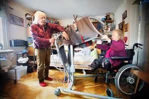 Trots att Gunhild Norling blev lovad att få anpassad bostad för ett år sedan.
