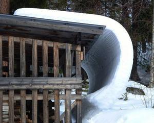 Solenergin har värmt ett plåttak och fått skjuts på snön. Foto: Ingvar Ericsson