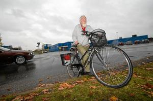 På väg mot ny väg. Erling Henriksson i Vivalla banar väg för ny cykelväg. ARKIVBILD: LG MÅNZON