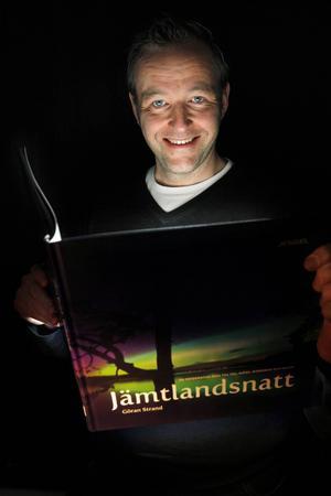 Astrofotografen Göran Strand med sin bok.