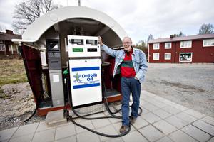 Per Agefeldt var en av eldsjälarna när Åmot fick en     egen mack i oktober 2009. Han bor utanför Åmot under vinterhalvåret och i Värmland resten av året.