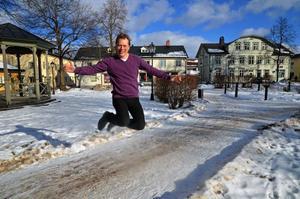 Abbe Ronsten gör ett glädjeskutt på Rådhustorget i februari 2012, med anledning av att Säters kommuns befolkning ökade.